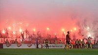 Finále MOL Cupu v Mladé Boleslavi. Ohňostroj v sektoru fanoušků Slavie.