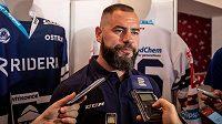 Kapitán vítkovických hokejistů Roman Polák v zajetí novinářů.