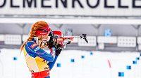 Gabriela Soukalová při střelbě vstoje během vytrvalostního závodu na 15 km na MS v biatlonu.