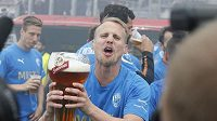 David Limberský se hned na trávníku ujal obří pivní sklenice. Oslavy titulu Plzně mohly vypuknout...
