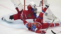 Brankář Ruska Sergej Bobrovskij a obránce Anton Bělov likvidují šanci v zápase s Lotyšskem.