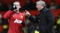Sir Alex Ferguson, manažer Manchesteru United, uděluje pokyny útočníkovi Wayneovi Rooneymu, autorovi obou gólů United v ligovém duelu proti Southamptonu.