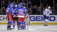 Hokejisté New York Rangers se radují z vítězného gólu Matse Zuccarella (v hloučku vpravo) v zápase proti Torontu.
