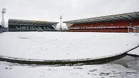Stadión ve Windsor Parku byl o víkendu pokrytý sněhem.