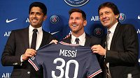 Nová posila Paris Saint-Germain Lionel Messi (uprostřed) pózuje na tiskové konferenci s prezidentem klubu Náserem Al-Keláfím (vlevo) a sportovním ředitelem Leonardem.