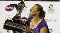 Česká tenistka Petra Kvitová pózuje s trofejí pro vítězku turnaje v Dubaji.