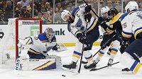 Brankář St. Louis Blues Jordan Binnington a obránce Alex Pietrangelo zasahují proti střele Bostonu Bruins během pátého zápasu finálové série NHL.