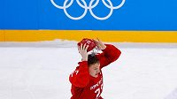 Ruský hokejista Kirill Kaprizov oslavuje vítězství týmu OSR v olympijském turnaji v hokeji.