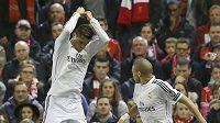 Fotbalista Realu Madrid Cristiano Ronaldo (vlevo) se raduje z gólu do sítě Liverpoolu v utkání Ligy mistrů.