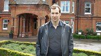 Petr Čech před hotelem v tréninkovém centru Chelsea