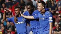 Fotbalisté Chelsea (zleva Ashley Cole, John Obi Mikel a John Terry).