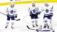 Hokejisté Toronta Patrick Marleau (12) a Leo Komarov (47) oslavují gól Romana Poláka (46) proti Calgary