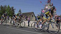 Lídr týmu Saxo-Tinkoff Alberto Contador (vpravo) režíruje únik ve třinácté etapě Tour de France. Třetí zprava Španělův stájový kolega Roman Kreuziger.