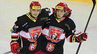 Královéhradecký útočník Tomáš Mertl (vpravo) se raduje se spoluhráčem Rastislavem Dejem z gólu na ledě pražské Sparty.