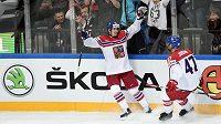 Roman Červenka a Michal Jordán oslavují gól na 4:4 během utkání hokejového MS v Praze proti Švédům.