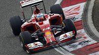 Pilot stáje Ferrari Fernando Alonso skvěle odstartoval, v závěru ale jeho monopostu docházel dech.