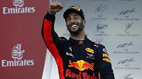Vítěz Velké ceny Ázerbájdžánu Daniel Ricciardo se raduje v Baku z triumfu.