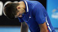 Světová tenisová jednička Novak Djokovič zahájil nový rok nečekanou porážkou.
