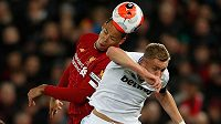 Tomáš Souček z West Hamu v hlavičkovém souboji s kapitánem Liverpoolu Virgilem van Dijkem.