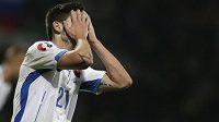 Michal Ďuriš skrývá hlavu v dlaních, Slováci podlehli Bělorusku 0:1 a o ME ještě musí bojovat.