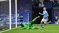 Fotbalista Manchesteru City Phil Foden střílí gól proti Chelsea.