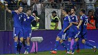 Bosenský útočník Edin Džeko (vlevo) se raduje se spoluhráči z gólu proti Belgii.