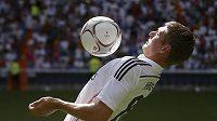 Německý středopolař Toni Kroos na stadiónu Realu Madrid Santiago Bernabeu po podpisu smlouvy.