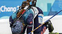 Vyčerpaná Anastasia Kuzminová v cíli biatlonové stíhačky.