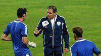 Trenér izraelské fotbalové reprezentace Eli Guttman promlouvá na tréninku k hráčům.