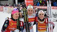 Vítězný úsměv Stiny Nilssonové (uprostřed) po sprintu ve Falunu.