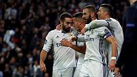 Fotbalista Realu Madrid Karim Benzema slaví se spoluhráči gól proti Dortmundu.