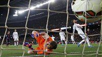 Brankář Realu Iker Casillas dostává gól během šlágru španělské La Ligy na stadiónu Camp Nou v Barceloně.