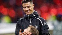 Hvězda Juventusu Cristiano Ronaldo během nástupu k prvnímu duelu čtvrtfinále Ligy mistrů proti Ajaxu.