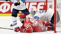 Finský gólman Kevin Lankinen a ruský útočník Nikita Kučerov. Tentokrát vyhrál gólman.