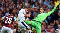 Brankář West Hamu United Adrián (vpravo) fauluje Jamieho Vardyho z Leicesteru při ligovém utkání anglické Premier League.