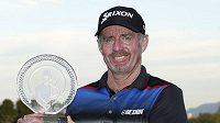 Australský golfista Rod Pampling s trofejí pro vítěze turnaje v Las Vegas.