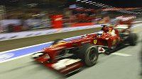 Španěl Fernando Alonso na ferrari při tréninku na Grand Prix Singapuru.