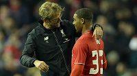 Trenér Liverpoolu Jürgen Klopp (vlevo) slaví s Jordanem Ibem vítězství nad Bournemouthem.
