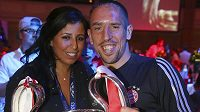 Franck Ribéry z Bayernu slaví na banketu týmu v Londýně triumf v Lize mistrů s manželkou Wahibou.