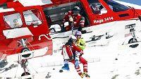 Záchranáři pomáhají zraněné německé lyžařce Marii Höflové-Rieschové do vrtulníku, který ji transportoval do nemocnice.