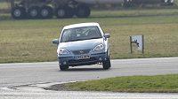 Daniel Ricciardo za volantem vozu Suzuki Liana na testovacím okruhu pořadu Top Gear na letišti Dunsfold.