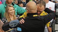 Brit Chris Froome dovezl žlutý trikot do cíle Tour de France 2015 a mohl se radovat s manažerem týmu Sky Daveem Brailsfordem a manželkou Michelle.