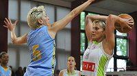 Brněnská basketbalistka Hana Horáková (vpravo) ve finálovém utkání proti USK Praha bojuje s Jelenou Škerovičovou.