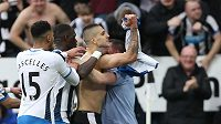 Fotbalisté Newcastlu se radují z gólu. Ilustrační foto.