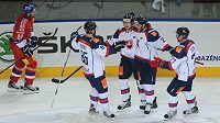 Slovenští hokejisté slaví třetí a rozhodující gól nad českým výběrem.