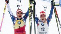 Skvělé Češky! Vítězka závodu s hromadným startem Gabriela Koukalová (vlevo) a v cíli třetí Eva Puskarčíková.