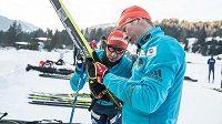Tahle pojede dobře? Lukáš Bauer (vpravo) při testování lyží na Marcialongu.