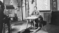 """Ve věku 84 let zemřel 8. června po krátké těžké nemoci dlouholetý televizní komentátor Vít Holubec. Na nedatovaném archivním snímku Holubec moderuje jeden z prvních pořadů """"Branky, body, vteřiny"""""""