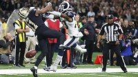 Obránce Los Angeles Rams Nickell Robey-Coleman (v bílém) takto přejel wide receivera New Orleans Saints Tommylee Lewise (11). Podle rozhodčích čistý zákrok.
