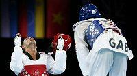 Italský taekwondista Carlo Molfetta (vlevo) se raduje z vítěství nad Anthonym Obamem z Gabonu v kategorii nad 80 kg ve finále olympijského turnaje.